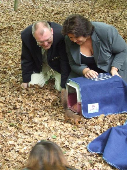 Olaf Vugts (Efteling) en Jenny Kleve (Stichting Eekhoornopvang Nederland en Stichting Egelopvang) laten samen een eekhoorntje vrij